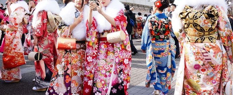 毎年成人の日は、振袖で着飾った女性たちが街を華やかに彩ります。