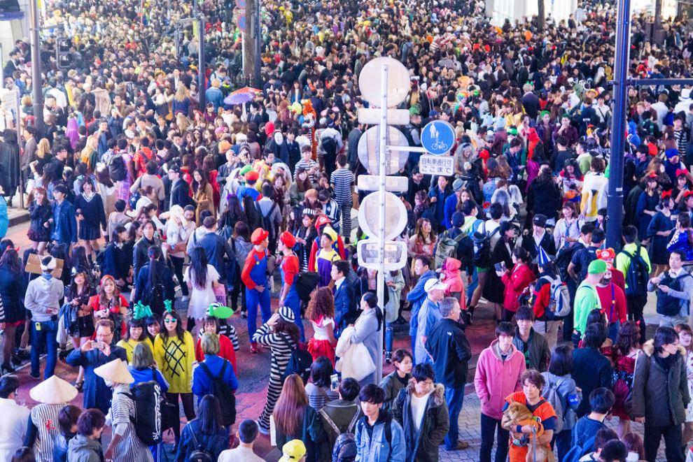 これは2016年10月31日、渋谷の様子。 みなさん仮装して、まさにウォーリーをさがせ!状態です。